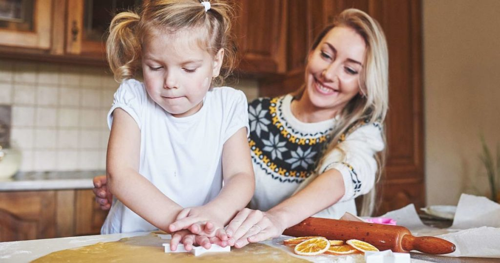 happy-daughter-and-mom-in-the-kitchen-bake-cookies-FFEHW3Q-min_opt